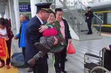 """最美""""公主抱?#20445;?#36825;个列车长太帅了"""